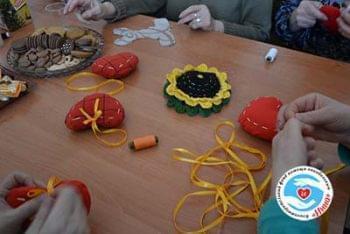 Новости - Подопечные БФ «Инна» шили сердца на занятии по арт-терапии | Фонд Инна